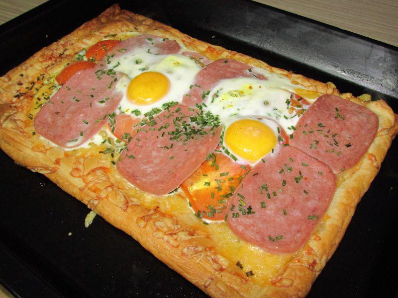 aperitiv-cald-rapid-cu-salam-branza-si-rosii