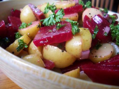 salata-de-cartofi-noi-cu-sfecla1