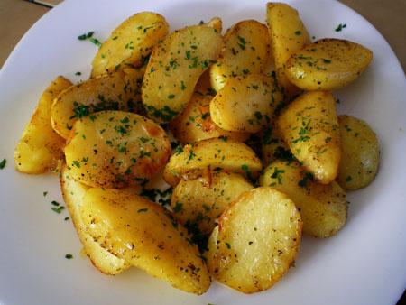 Cartofi la cuptor cu cimbru si usturoi