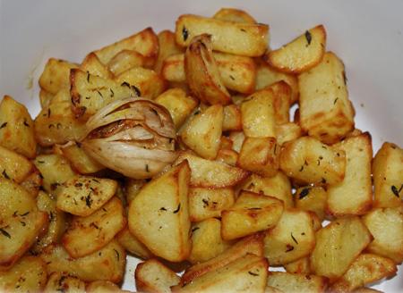 Cartofi la cuptor cu rozmarin cimbru si usturoi