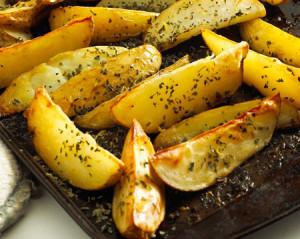 cartofi wedges cu marar si usturoi