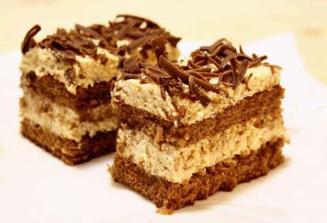 Prajitura cu blat de cacao si crema de biscuiti