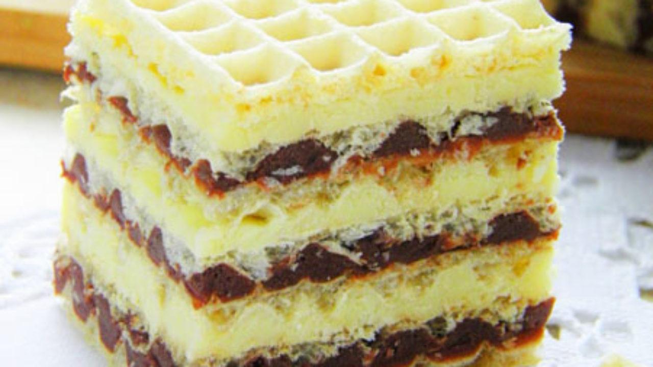 Prăjitură cu foi de napolitana si doua creme