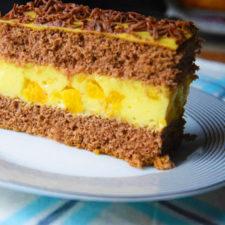 Prajitura cu blat de cacao crema de vanilie si piersici