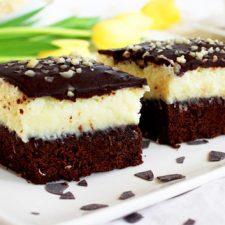 Prajitura cu blat de cacao crema de cocos si glazura de ciocolata