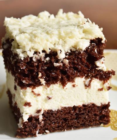 Prajitura cu blat cacao crema frisca si topping de cocos